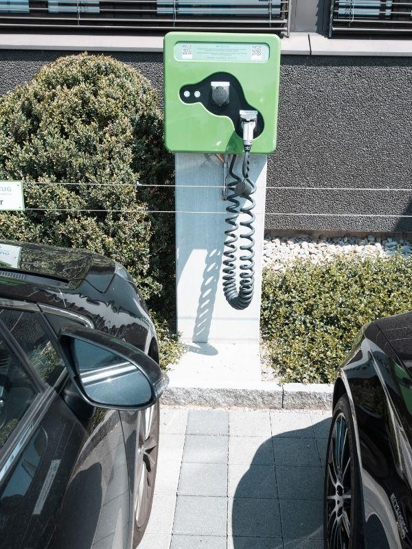 Ladestationen auf Mitarbeiterparkplatz. Ladelösung für Immobilien