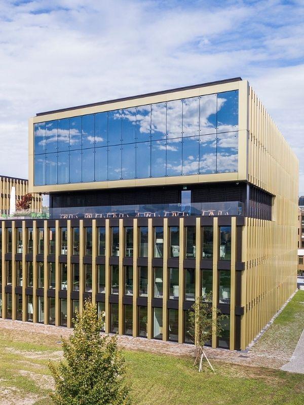Bürogebäude mit E-Ladestationen